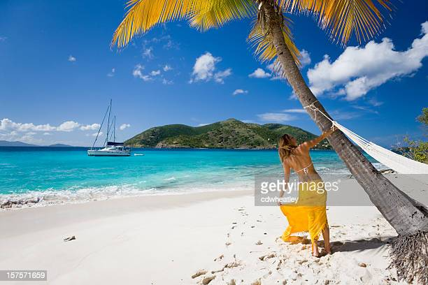 Mujer divirtiéndose en la playa tropical del Caribe