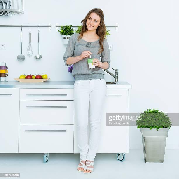 Femme s'thé vert dans son style loft