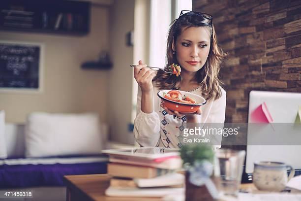 Frau mit Mittagspause