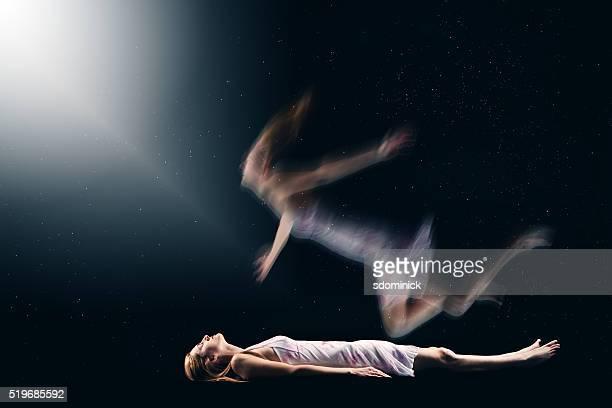 Mujer teniendo espiritual experiencia fuera del cuerpo