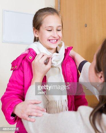 Mujer ayudan a decorar chica : Foto de stock