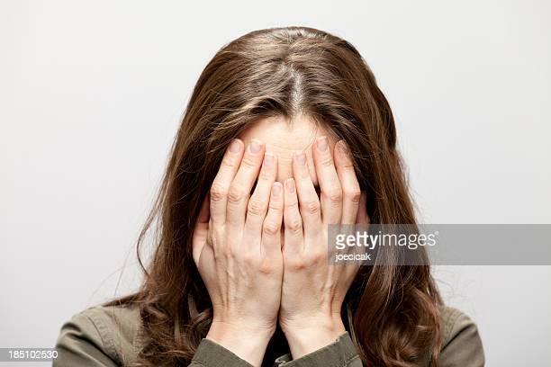 Mulher esconde o rosto