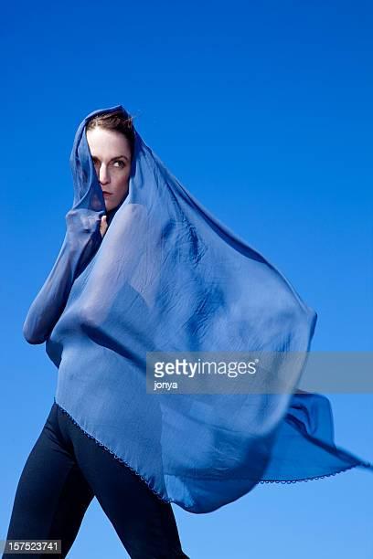 Femme cacher derrière le souffle dans le vent de voile