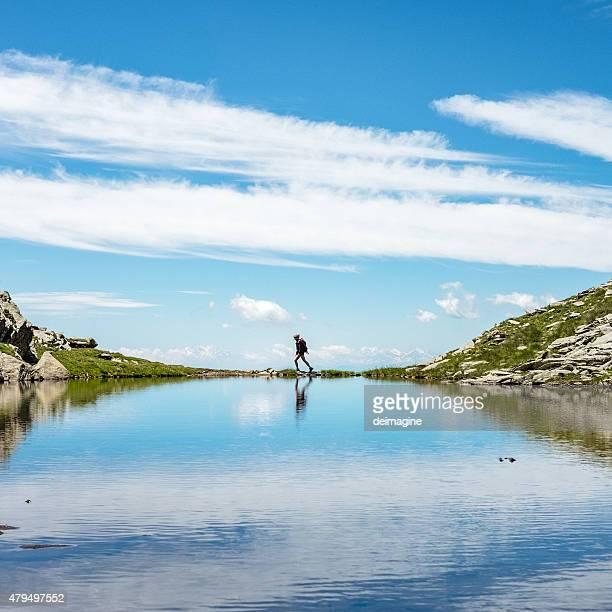 Frau Wanderer beobachtet alpinen See