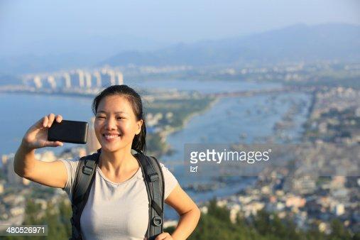 Frau Wanderer Verwendung von Smartphone nehmen Foto von sich : Stock-Foto