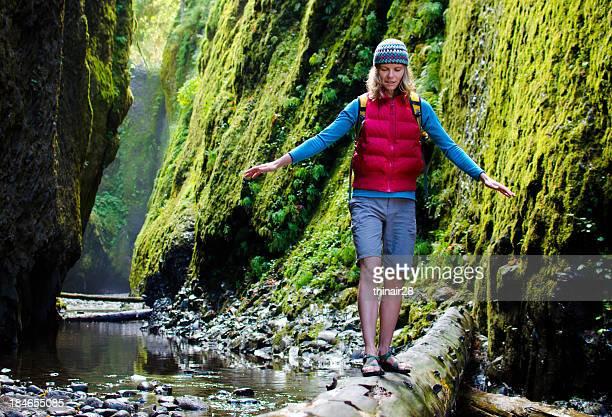 Frau Wandern im Canyon