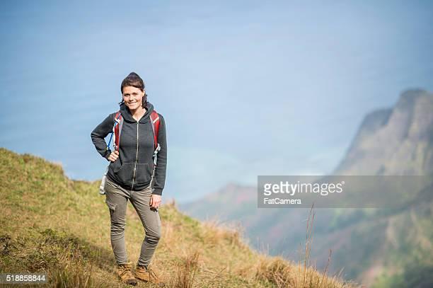 Frau Wandern in den hawaiianischen Berge