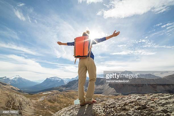 Frau Wandern in den Bergen erreicht top, Ausgestreckte Arme