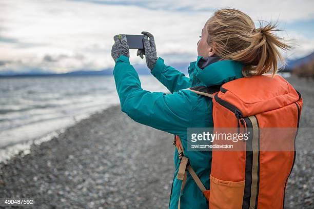 Frau Wandern ist Bild der Landschaft mit Handy