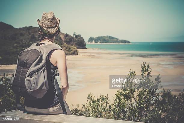 Mujer caminar en la costa de Abel Tasman pista nueva zelanda