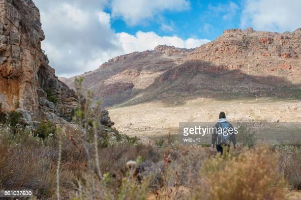Femme de randonnée avec sac à dos Cederberg complémentaire