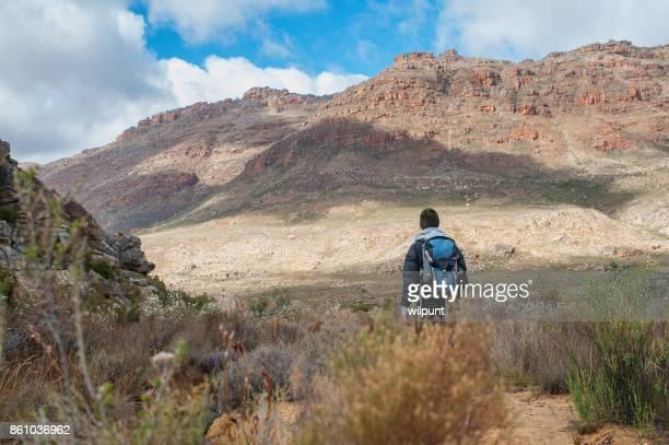 Femme de randonnée avec sac à dos Cederberg