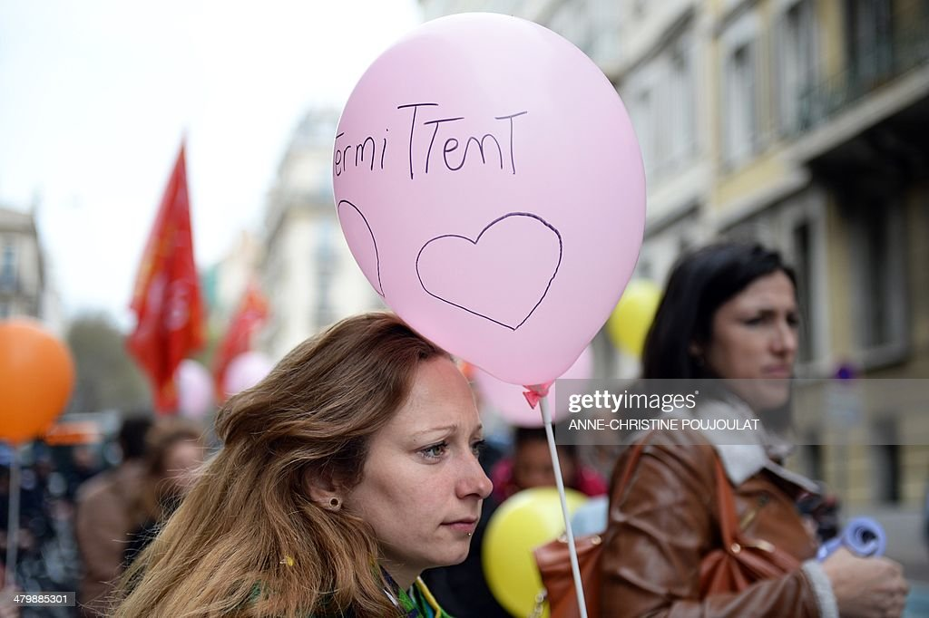 A woman holding a balloon with the inscription 'Short-term contract entertainment industry worker' takes part to a demonstration of artists and technicians working in the entertainment industry on short-term contracts, on March 21, 2014 in Marseille, southern France. Unions and Medef (The French Employers Federation) representatives began on March 20, 2014 an ultimate negotiating session on the artists and performers' unemployment insurance system, as demonstrators continued to protest a planned reform of the rules regulating the unemployment benefits of short-term show business workers. Balloons read 'Without Culture, dictatorship prevails'. AFP PHOTO / ANNE-CHRISTINE POUJOULAT