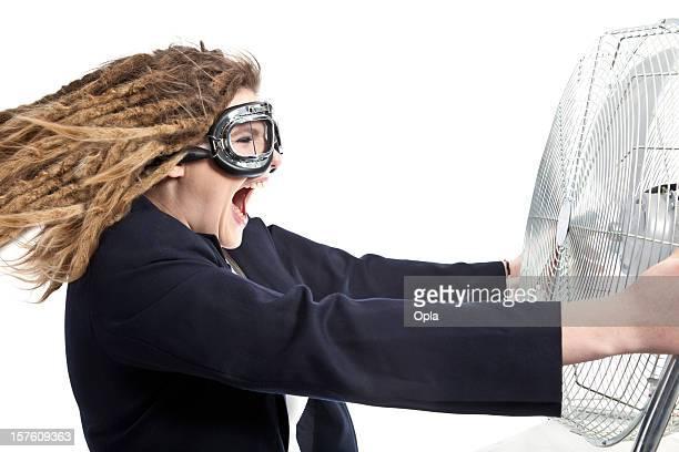 Frau hält eine große ventilator