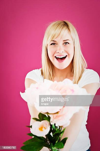 Frau hält eine boquet von Blumen