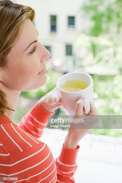 Donna con una tazza di tè alle erbe