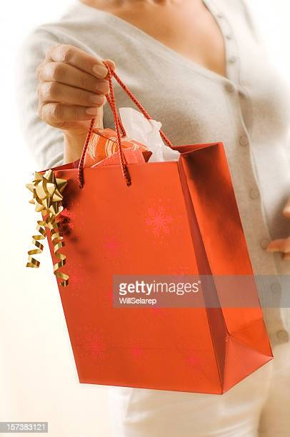 Donna con un sacco di regali