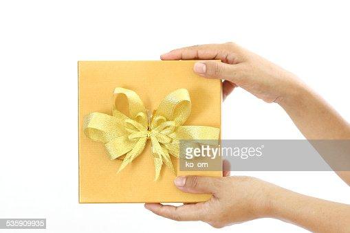 Mujer agarrando la caja de regalo oro : Foto de stock