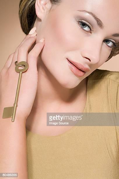 Frau holding gold Schlüssel