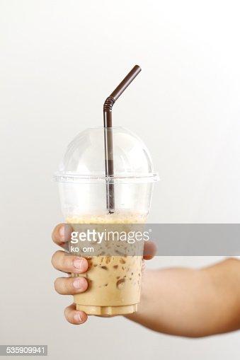 Mujer sostiene un helado de café : Foto de stock