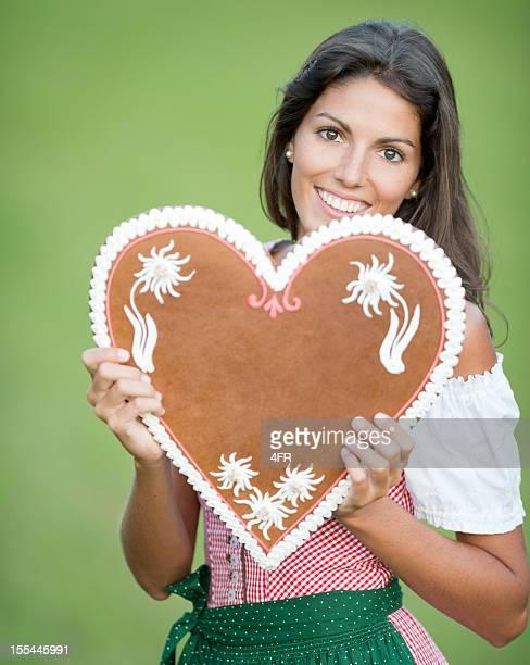 Lebkuchen mulher segurando um coração de Gengibre com espaço para texto (XXXL)