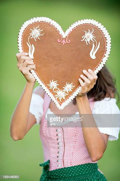 Lebkuchen mulher segurando um coração de Gengibre com espaço para texto