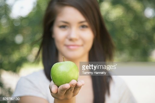 Woman holding an apple : Stockfoto