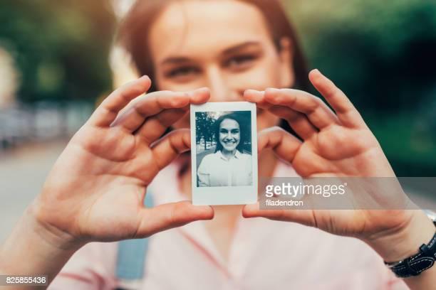 Femme tenant une photo instantanée