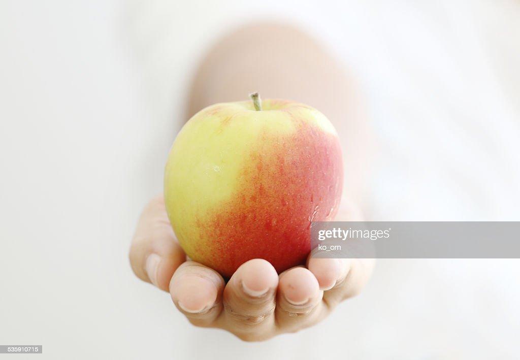 Mulher segurando o apple. : Foto de stock