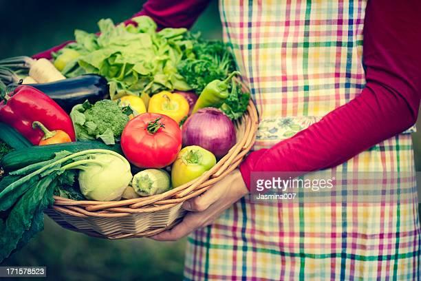 Frau holding Korb mit frischem Gemüse