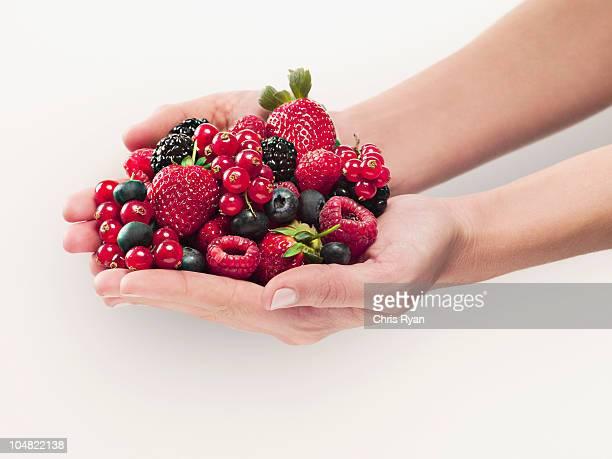 Frau holding Beeren