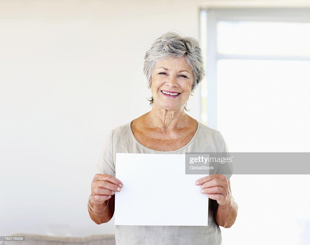 Frau holding Blatt Papier : Stock-Foto