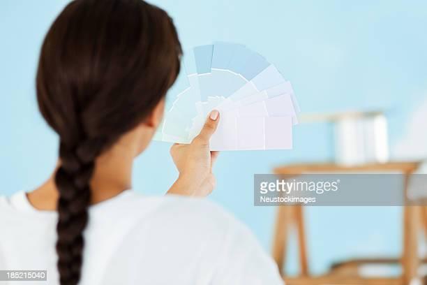 Femme tenant échantillon de couleur bleu Couleur