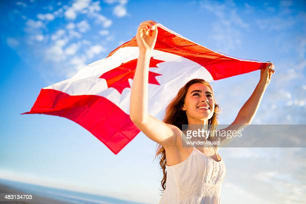 Frau holding Kanadische Flagge gegen Himmel