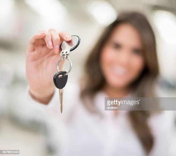 Frau holding Autoschlüssel