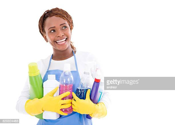 Femme tenant des produits de nettoyage
