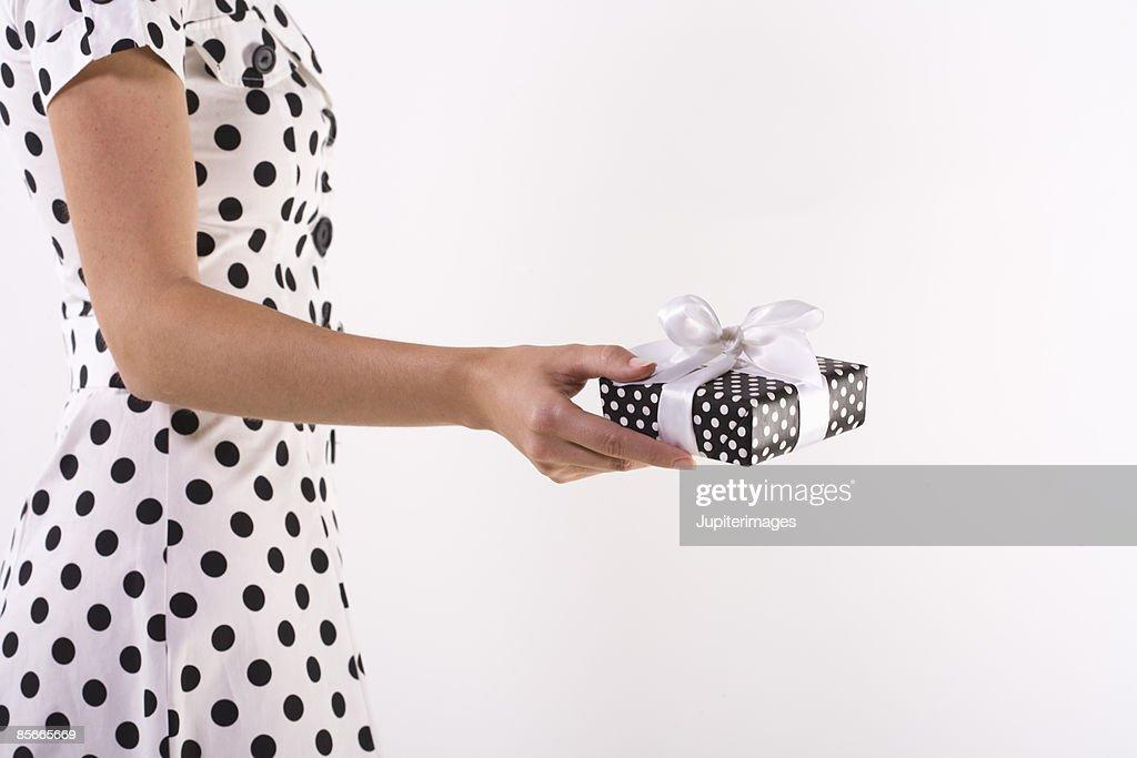 Woman holding gift : ストックフォト