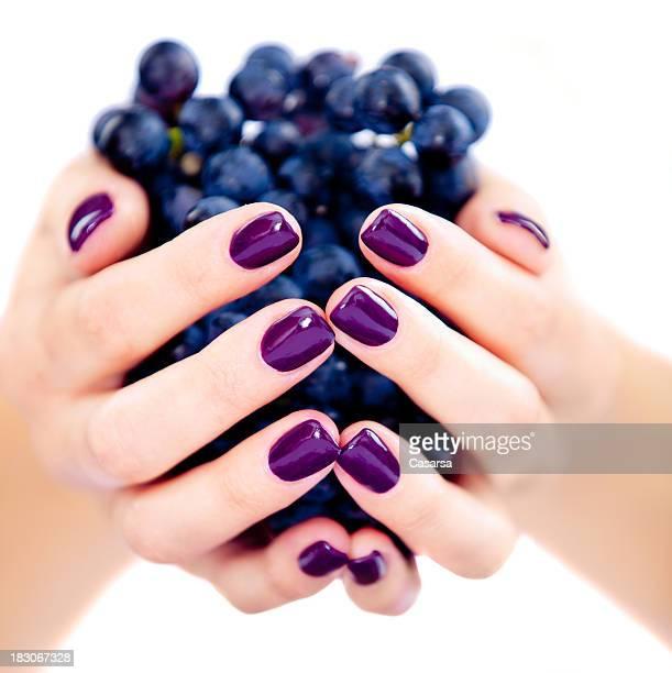Femme tenant le raisin