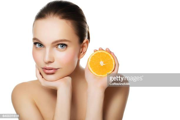Femme tenant diminué de moitié d'orange