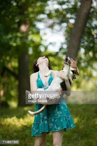 Woman holding her pet beagle : Foto de stock