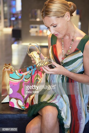 Woman holding high heel : Stockfoto