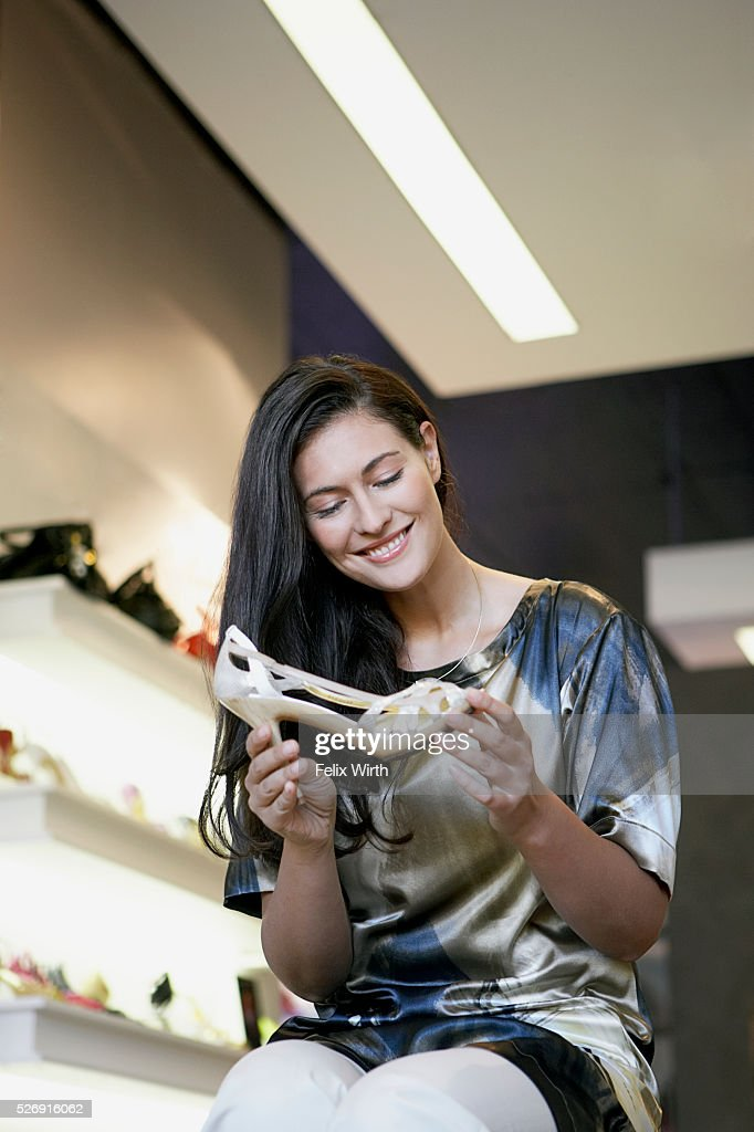Woman holding high heeled shoe : Stockfoto