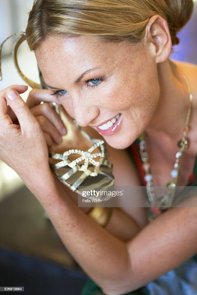Woman holding high-heeled sandal : Bildbanksbilder