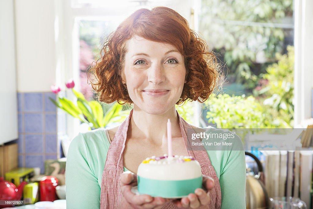 Woman holding homemade birthday cake. : Foto de stock
