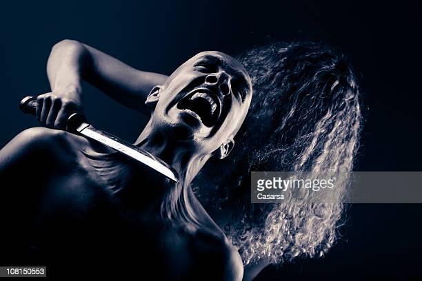Frau mit Messer Blade zu verängstigt Mann do Diabo, getönt