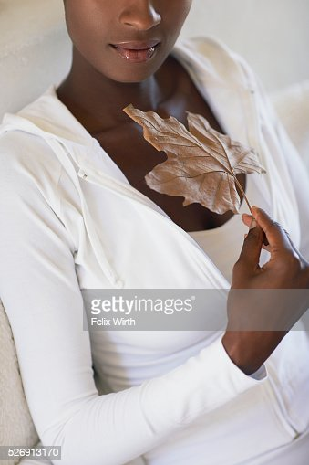 Woman holding leaf : Foto de stock