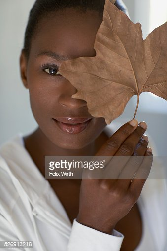 Woman holding leaf : Stockfoto