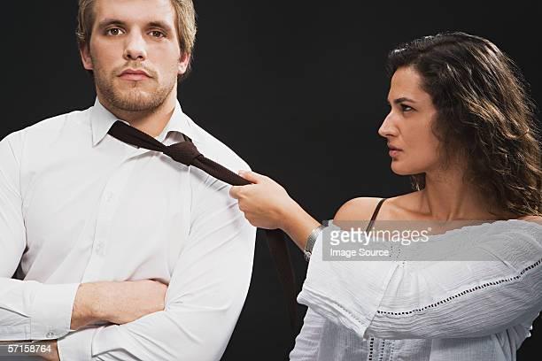 持つ女性の男性が彼の紐