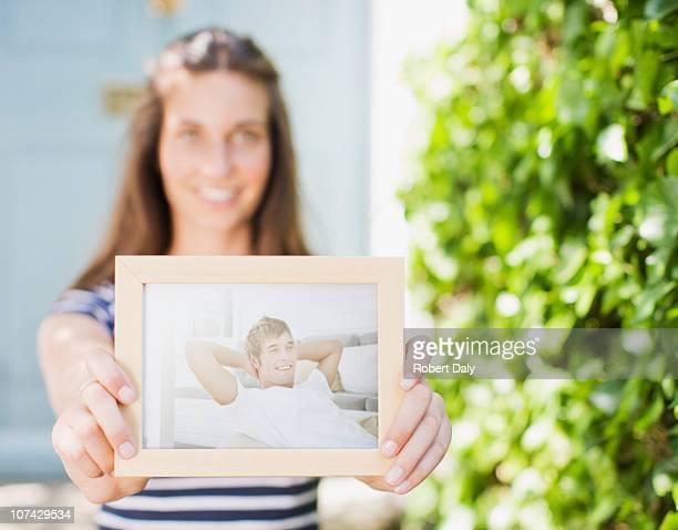 Donna tenendo fuori la fotografia di boyfriend