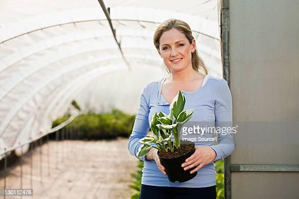 耐圧植物を持つ女性 polytunnel 、ポートレート